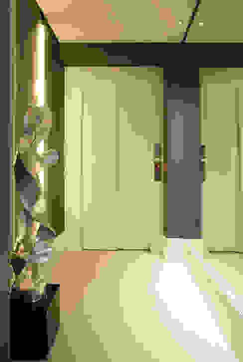 Hall de entrada sofisticado com papel de parede e escultura Corredores, halls e escadas modernos por Liliana Zenaro Interiores Moderno