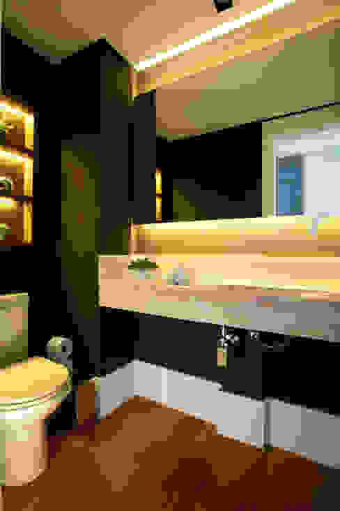Lavabo sofisticado em mármore travertino e papel de parede em seda, na cor berinjela Banheiros modernos por Liliana Zenaro Interiores Moderno