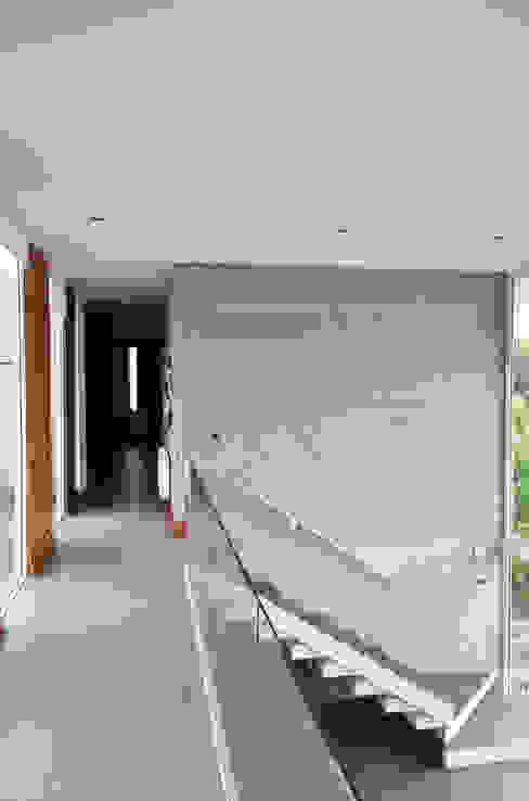 Pasillos, vestíbulos y escaleras de estilo mediterráneo de ESTUDIO BASE ARQUITECTOS Mediterráneo