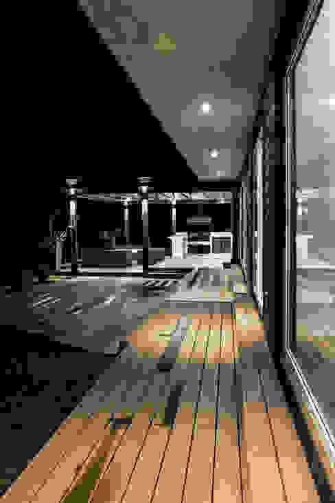 CASA RH Balcones y terrazas escandinavas de ESTUDIO BASE ARQUITECTOS Escandinavo Madera Acabado en madera