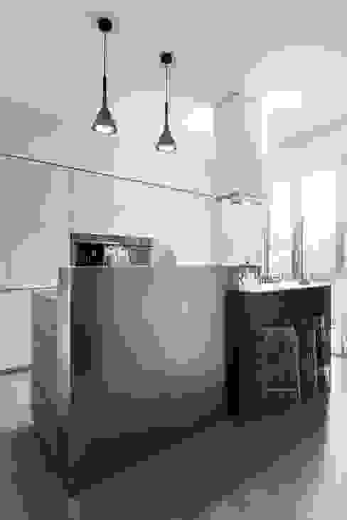 Una casa su due livelli II Cucina moderna di Mario Ferrara Moderno