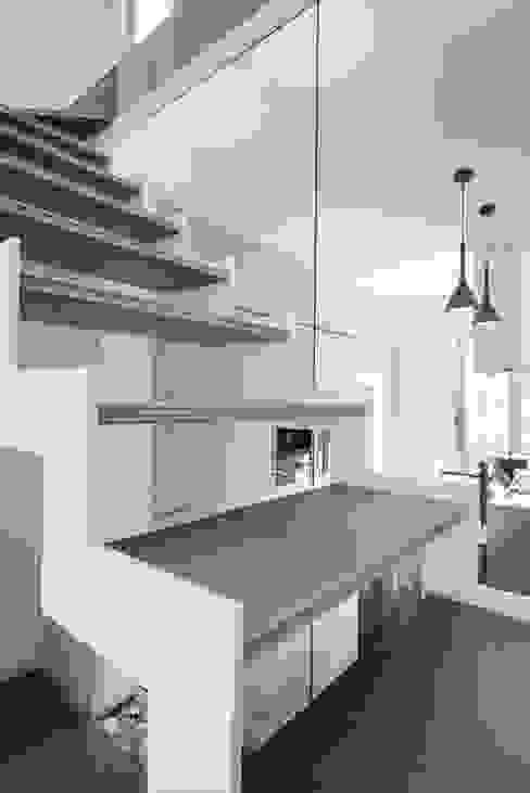 Una casa su due livelli II Ingresso, Corridoio & Scale in stile moderno di Mario Ferrara Moderno