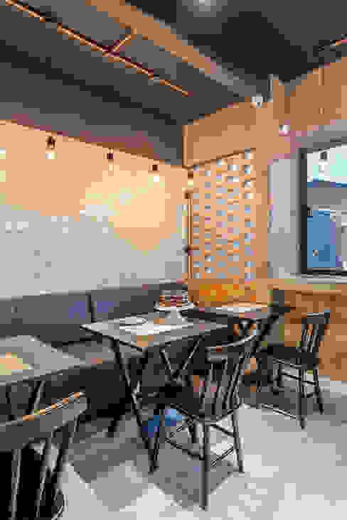 Nóz Café e Pães Paredes e pisos industriais por Vertentes Arquitetura Industrial Cerâmica