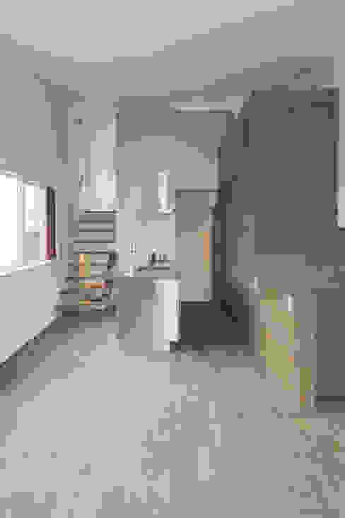 リビングからキッチンをみる01 モダンな キッチン の 加藤淳一級建築士事務所 モダン
