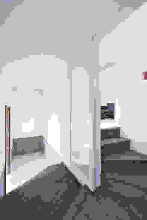 エントランスホール02 モダンスタイルの 玄関&廊下&階段 の 加藤淳一級建築士事務所 モダン
