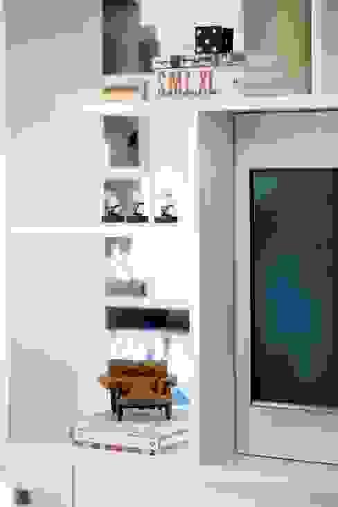 Detalhe da estante divisória por Aonze Arquitetura Minimalista MDF