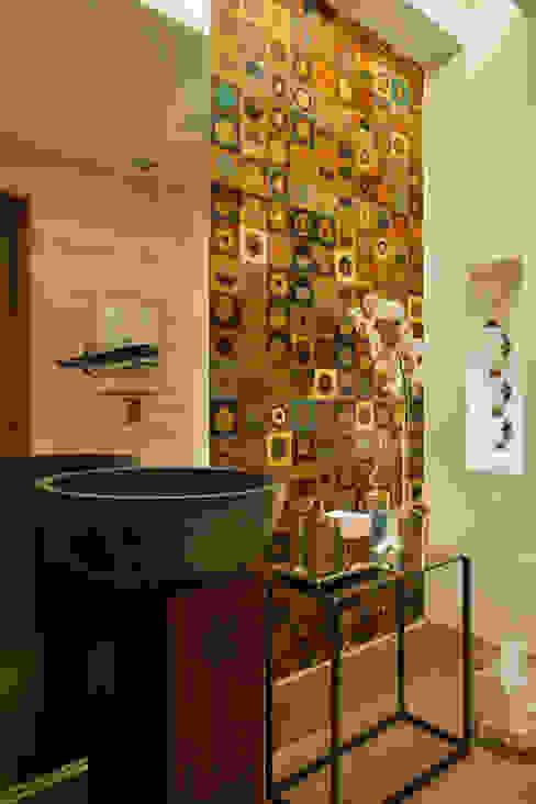 Minimalist bathroom by Hobjeto Arquitetura Minimalist