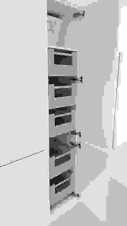 PWS Remo Handleless White Gloss Kitchen with Silestone Eros Stellar Worktop by Meridien Interiors Ltd Minimalist