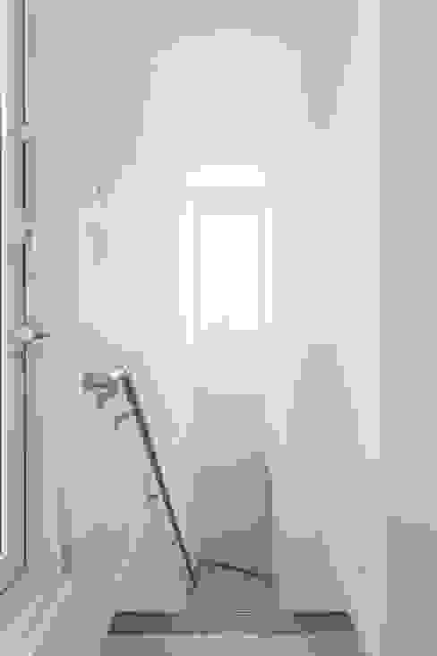ห้องโถงทางเดินและบันไดสมัยใหม่ โดย ナイトウタカシ建築設計事務所 โมเดิร์น