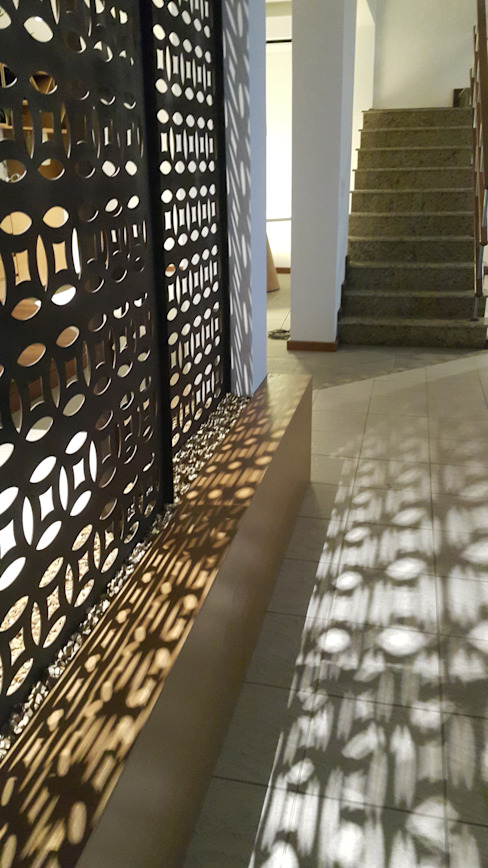 Detalhes divisórias em aço corten para casa em Angra dos Reis. Lucio Nocito Arquitetura e Design de Interiores Paredes e pisos mediterrâneos Ferro/Aço Castanho