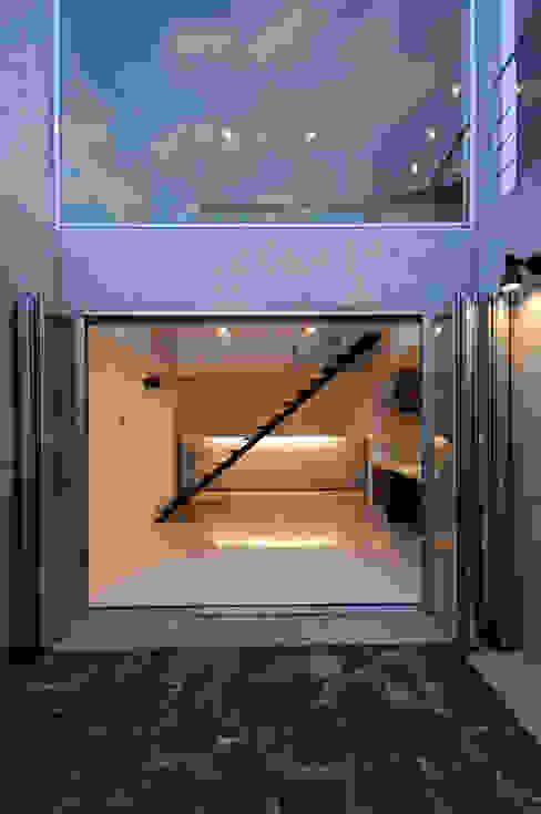 Pasillos, vestíbulos y escaleras modernos de 門一級建築士事務所 Moderno Hierro/Acero