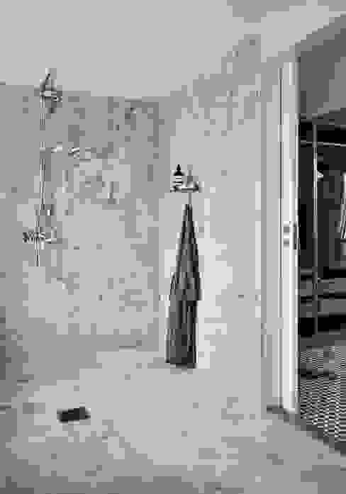 Il fascino dello stile nordico in una villa del '700 Bagno in stile scandinavo di Design for Love Scandinavo