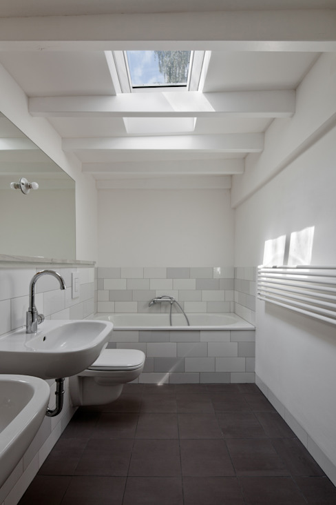 bathroom di brandt+simon architekten Moderno Piastrelle