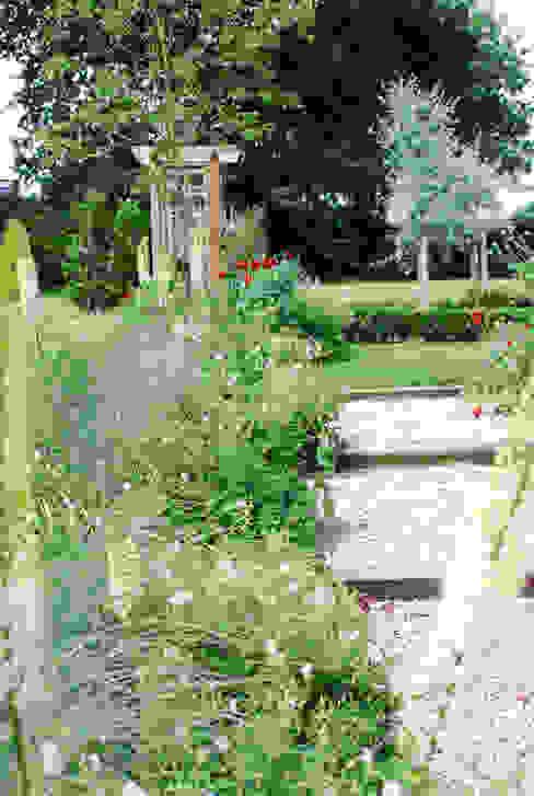 Josselyn's Classic style garden by Aralia Classic Stone