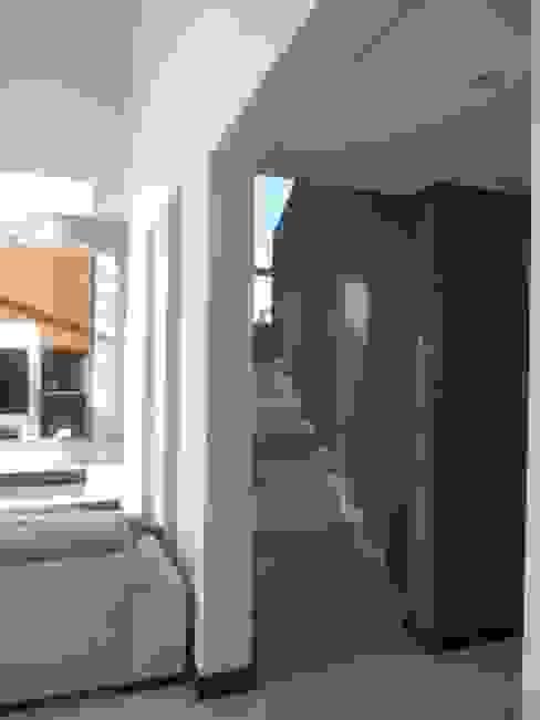 CASA DALVIAN LOS PUQUIOS Pasillos, vestíbulos y escaleras modernos de MABEL ABASOLO ARQUITECTURA Moderno
