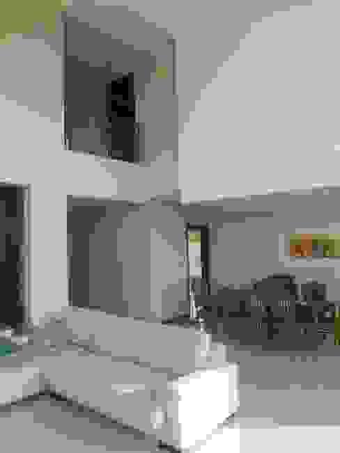 CASA DALVIAN LOS PUQUIOS Livings modernos: Ideas, imágenes y decoración de MABEL ABASOLO ARQUITECTURA Moderno