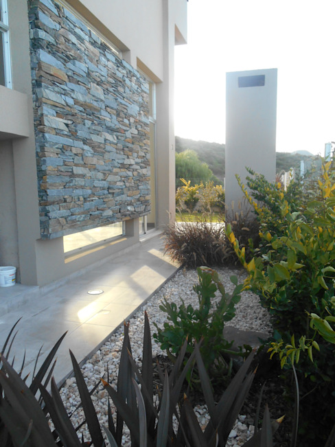 Modern style gardens by MABEL ABASOLO ARQUITECTURA Modern