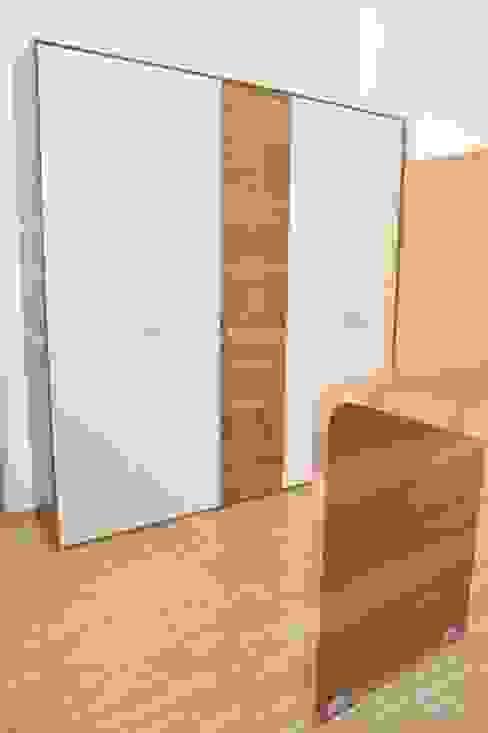 Büroeinrichtung mit Garderobe u. Stauraum für Ordner Schreinerei Holzdesign Ralf Rapp Moderne Arbeitszimmer Holz Weiß
