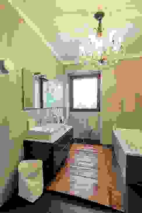 Interior with garden Bagno moderno di mg2 architetture Moderno