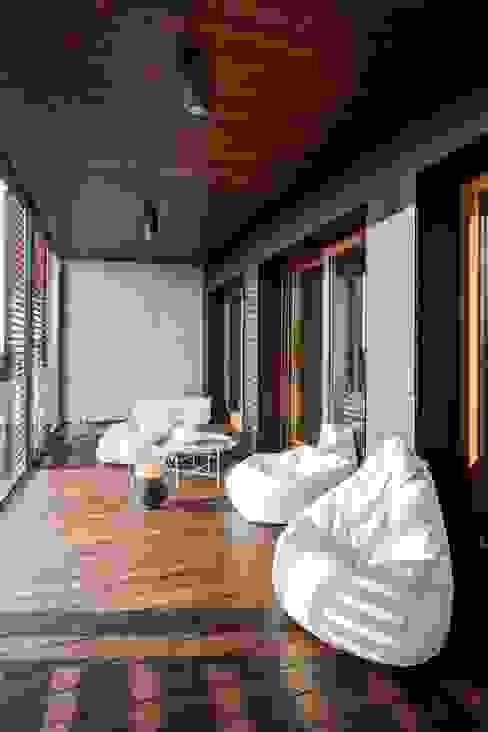 Interior with garden Balcone, Veranda & Terrazza in stile moderno di mg2 architetture Moderno