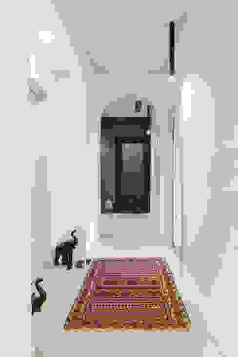 White and green Ingresso, Corridoio & Scale in stile moderno di mg2 architetture Moderno