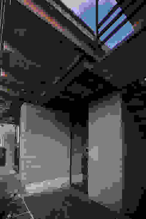 NIDO DE TIERRA: Casas de estilo  por MORO TALLER DE ARQUITECTURA, Rústico Madera Acabado en madera