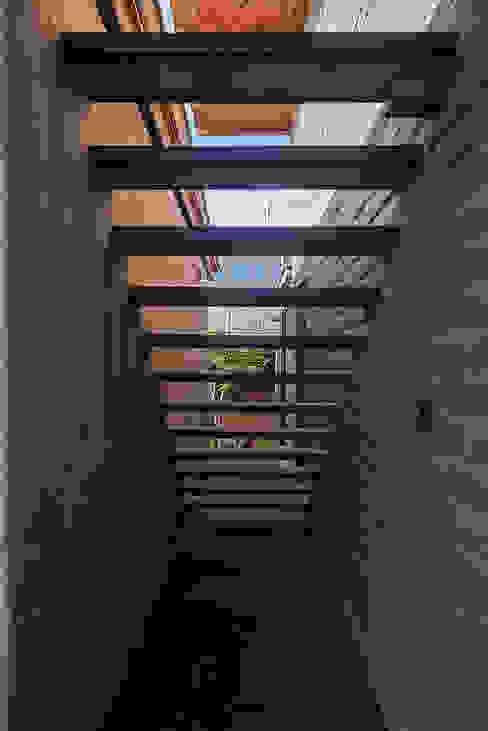 NIDO DE TIERRA: Casas de estilo  por MORO TALLER DE ARQUITECTURA, Rústico Concreto