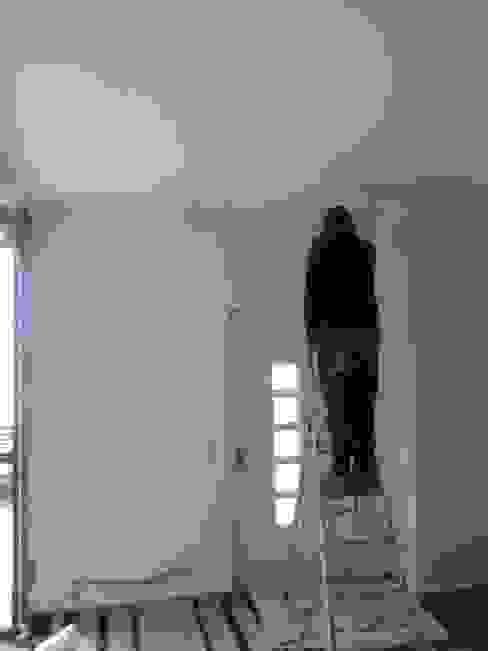 Infiltrações descobertas e reparadas, inicio das pinturas (antes) Atádega Sociedade de Construções, Lda Garagens e arrecadações minimalistas Branco