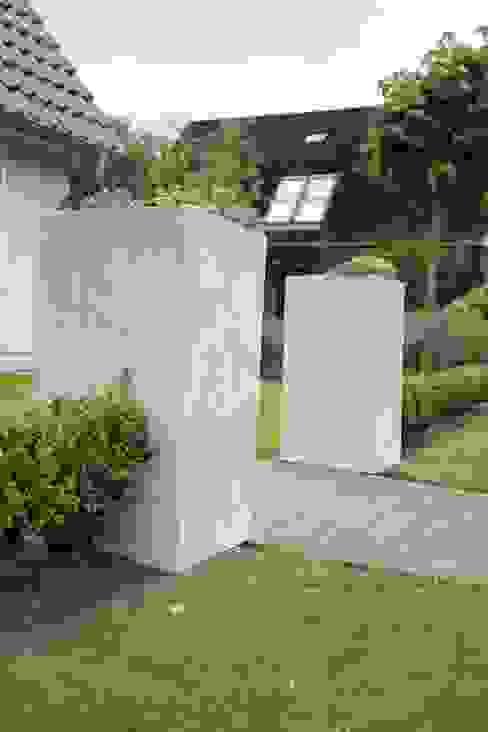 Pflanzkübel BLOCK aus Fiberglas in Betonoptik: modern  von VIVANNO,Modern Kunststoff Braun