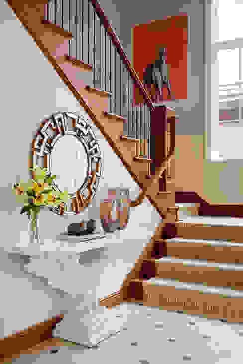 Pasillos, vestíbulos y escaleras de estilo ecléctico de Andrea Schumacher Interiors Ecléctico