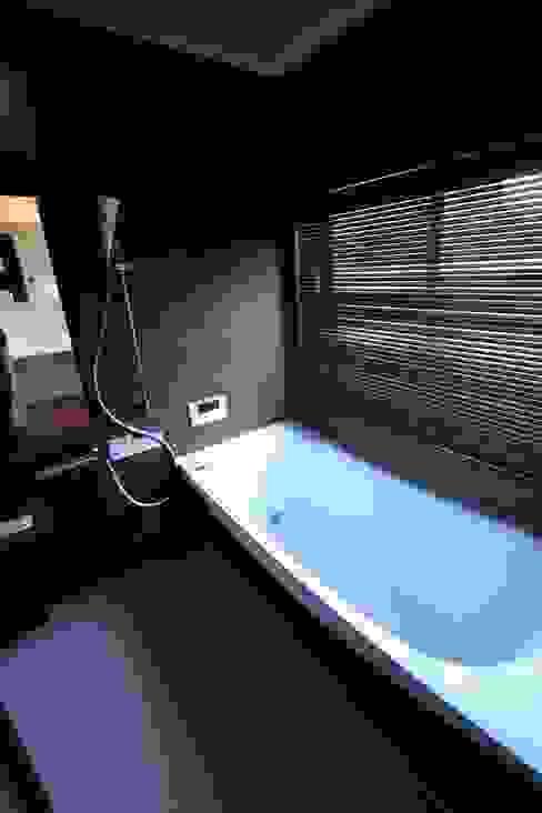 Phòng tắm phong cách hiện đại bởi Atelier Square Hiện đại