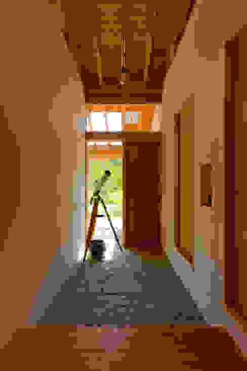 Pasillos, vestíbulos y escaleras de estilo escandinavo de エイチ・アンド一級建築士事務所 H& Architects & Associates Escandinavo Madera Acabado en madera