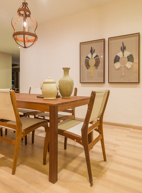 Mostra Mac Trends Salas de jantar tropicais por Duo Arquitetura Tropical Madeira maciça Multi colorido