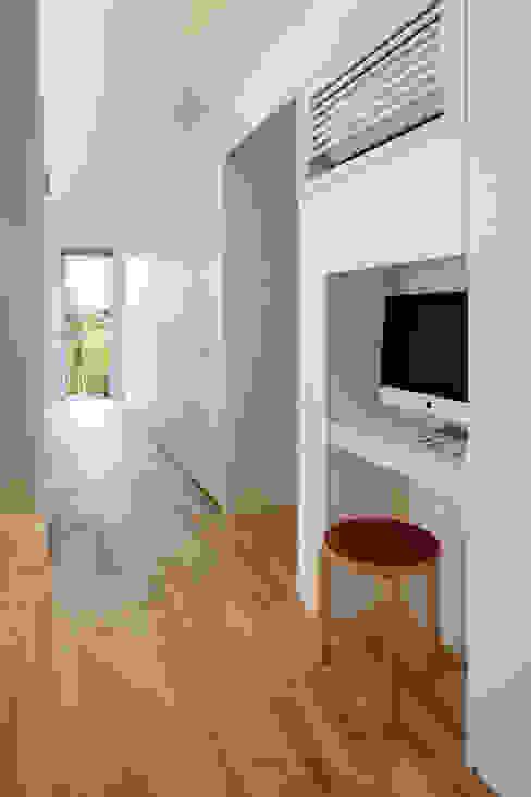 動線とコモンシェルフ、PCコーナー/夏 hm+architects 一級建築士事務所 オリジナルな 家