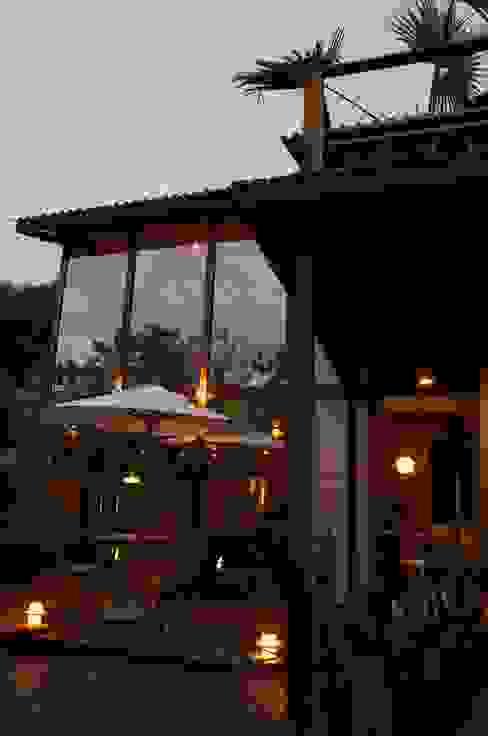 Chalé de Praia Casas tropicais por Juliana Lahóz Arquitetura Tropical Vidro