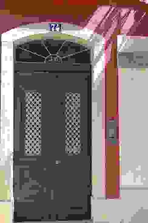 Puertas y ventanas de estilo clásico de QFProjectbuilding, Unipessoal Lda Clásico Madera maciza Multicolor