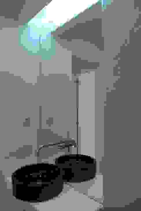 Baños de estilo moderno de QFProjectbuilding, Unipessoal Lda Moderno