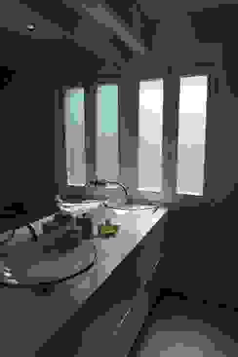 House - Carrasqueira, Sesimbra: Casas de banho  por QFProjectbuilding, Unipessoal Lda,Moderno