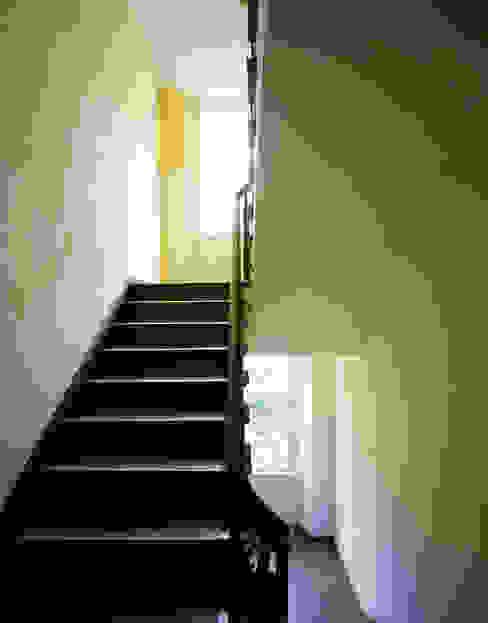 neu gestaltetes Treppenhaus brandt+simon architekten Moderner Flur, Diele & Treppenhaus