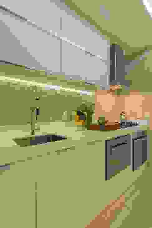 Кухня в стиле модерн от Renata Matos Arquitetura & Business Модерн МДФ