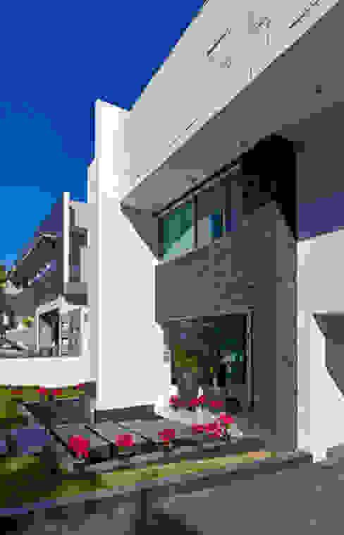 FACHADA Casas modernas de Excelencia en Diseño Moderno Piedra