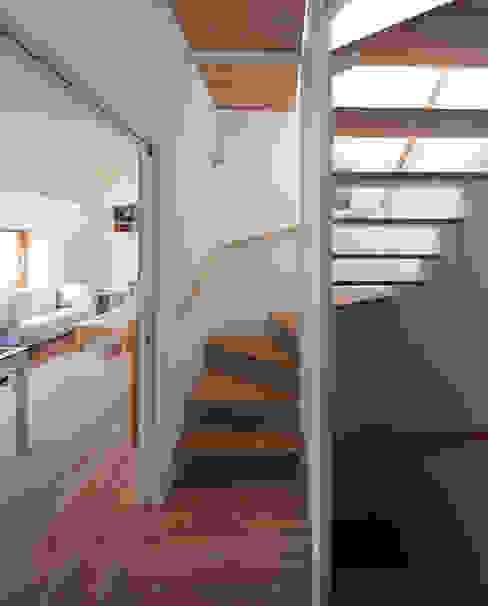 Modern corridor, hallway & stairs by 水石浩太建築設計室/ MIZUISHI Architect Atelier Modern