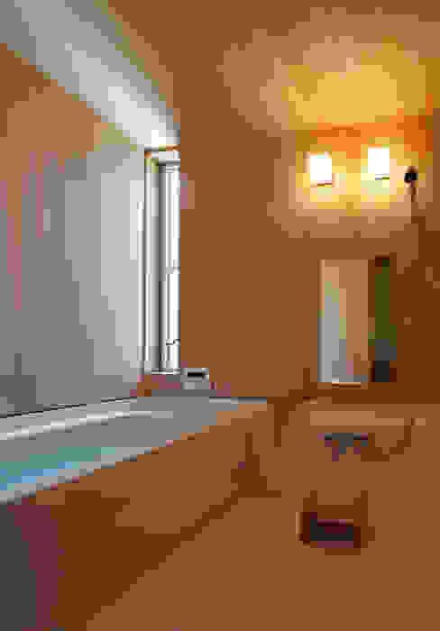Modern bathroom by 水石浩太建築設計室/ MIZUISHI Architect Atelier Modern