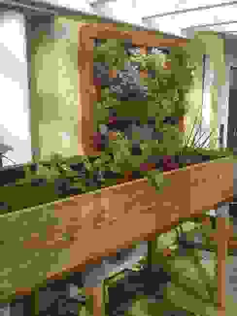 Jardín vertical Agrópolis Jardín Balcones y terrazas de estilo rústico Madera Acabado en madera