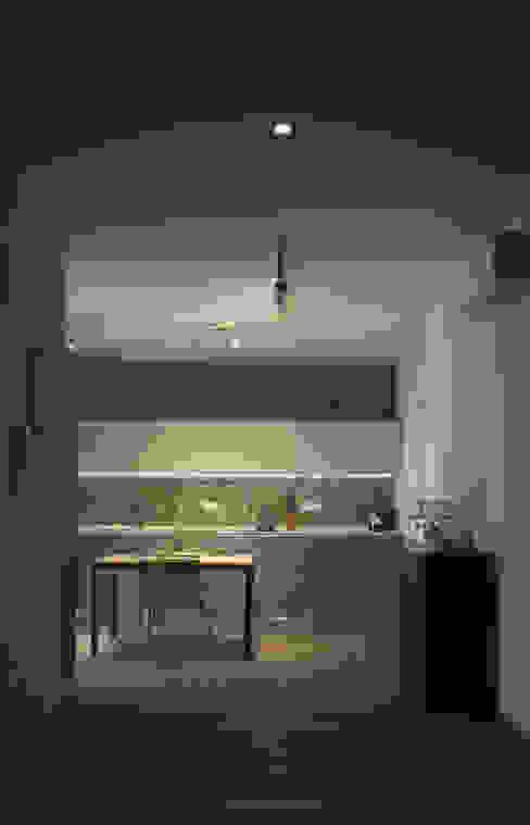 VV_LAD Ingresso, Corridoio & Scale in stile moderno di LAD studio Moderno