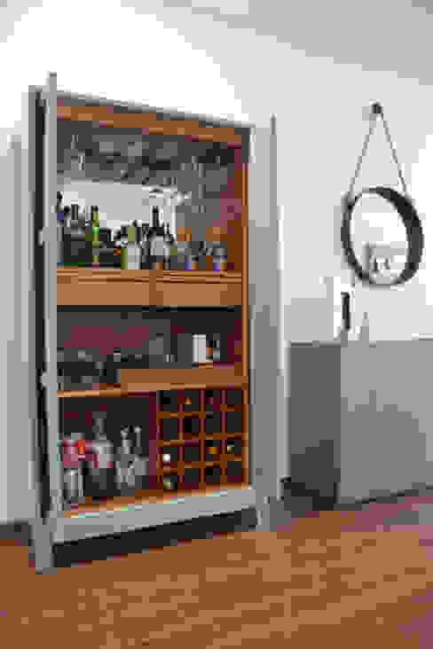 Mueble de Bar en laca de homify Clásico Madera Acabado en madera
