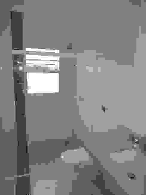 Bathroom by Lozí - Projeto e Obra,