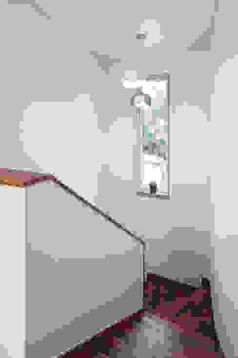 Modern corridor, hallway & stairs by 윤성하우징 Modern
