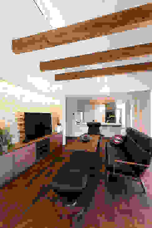 Casas estilo moderno: ideas, arquitectura e imágenes de 株式会社プラスアイ Moderno Madera maciza Multicolor