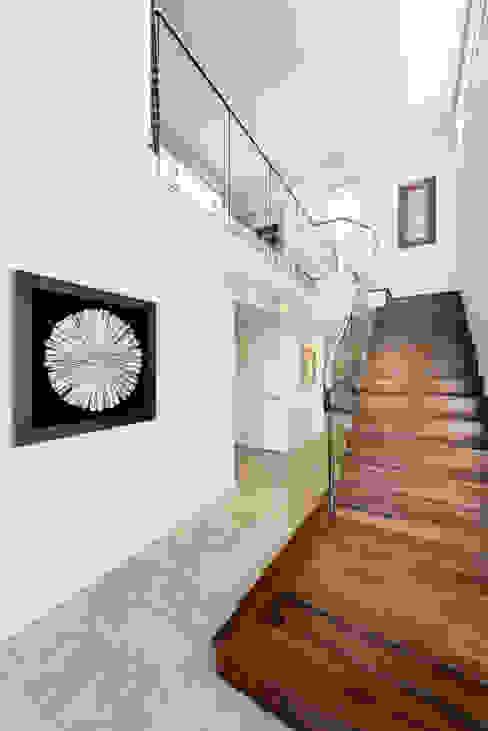Entry & Staircase ห้องโถงทางเดินและบันไดสมัยใหม่ โดย Moda Interiors โมเดิร์น กระเบื้อง